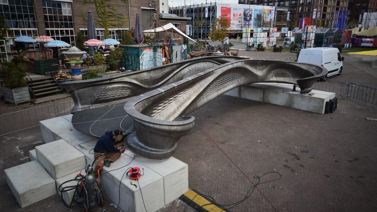 """עובדית חברת MX3D עובדים על גשר הפדלה שהודפס במדפסת תלת-ממד / צילום: יח""""צ"""