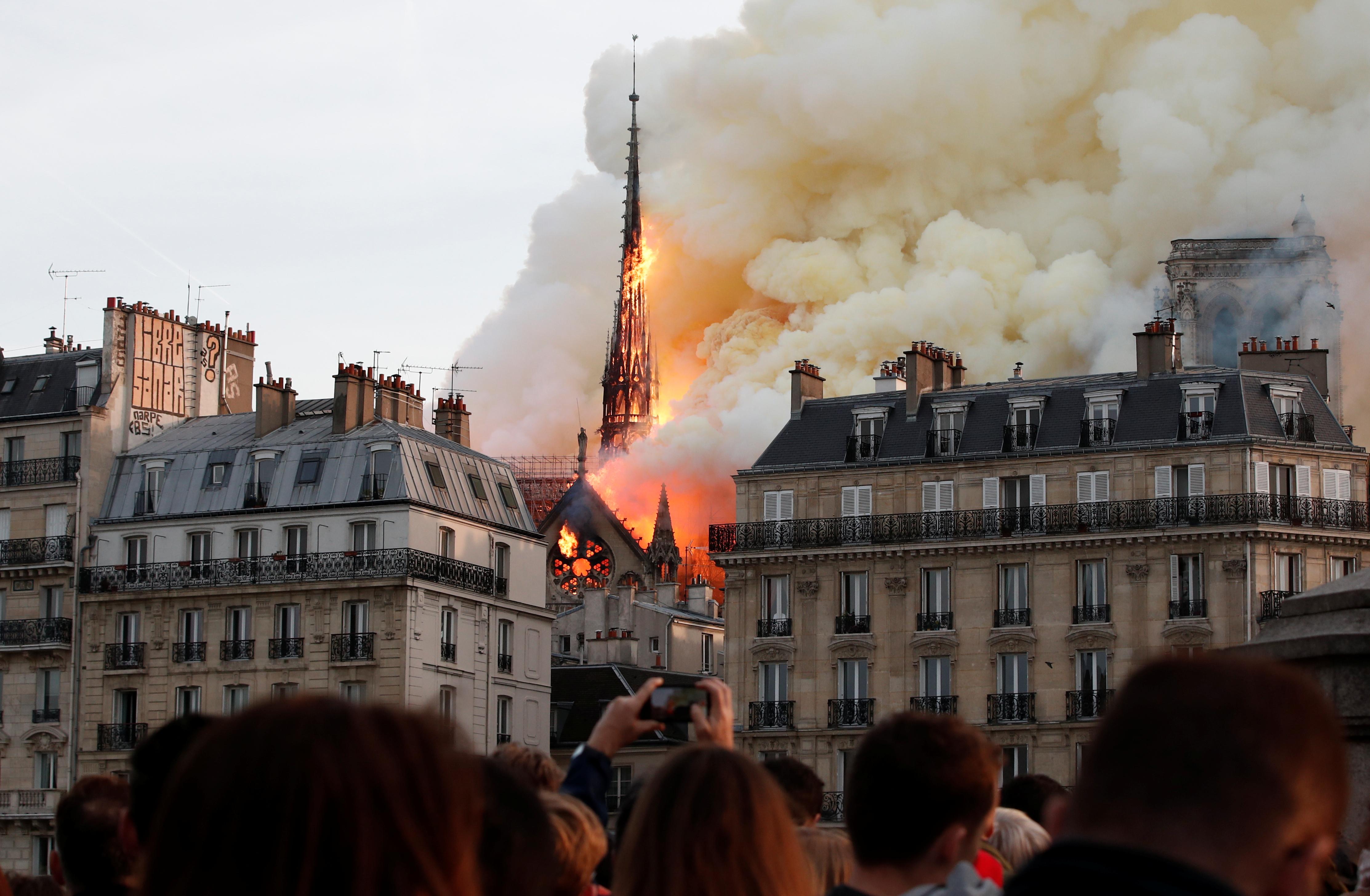 קתדרלת נוטרדאם נשרפת / צילום: Benoit Tessier, רויטרס
