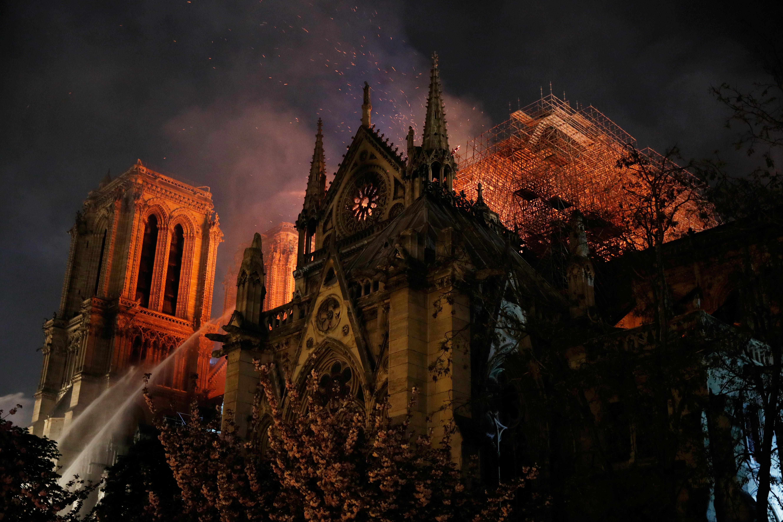 קתדרלת נוטרדאם נשרפת / צילום: Philippe Wojazer, רויטרס