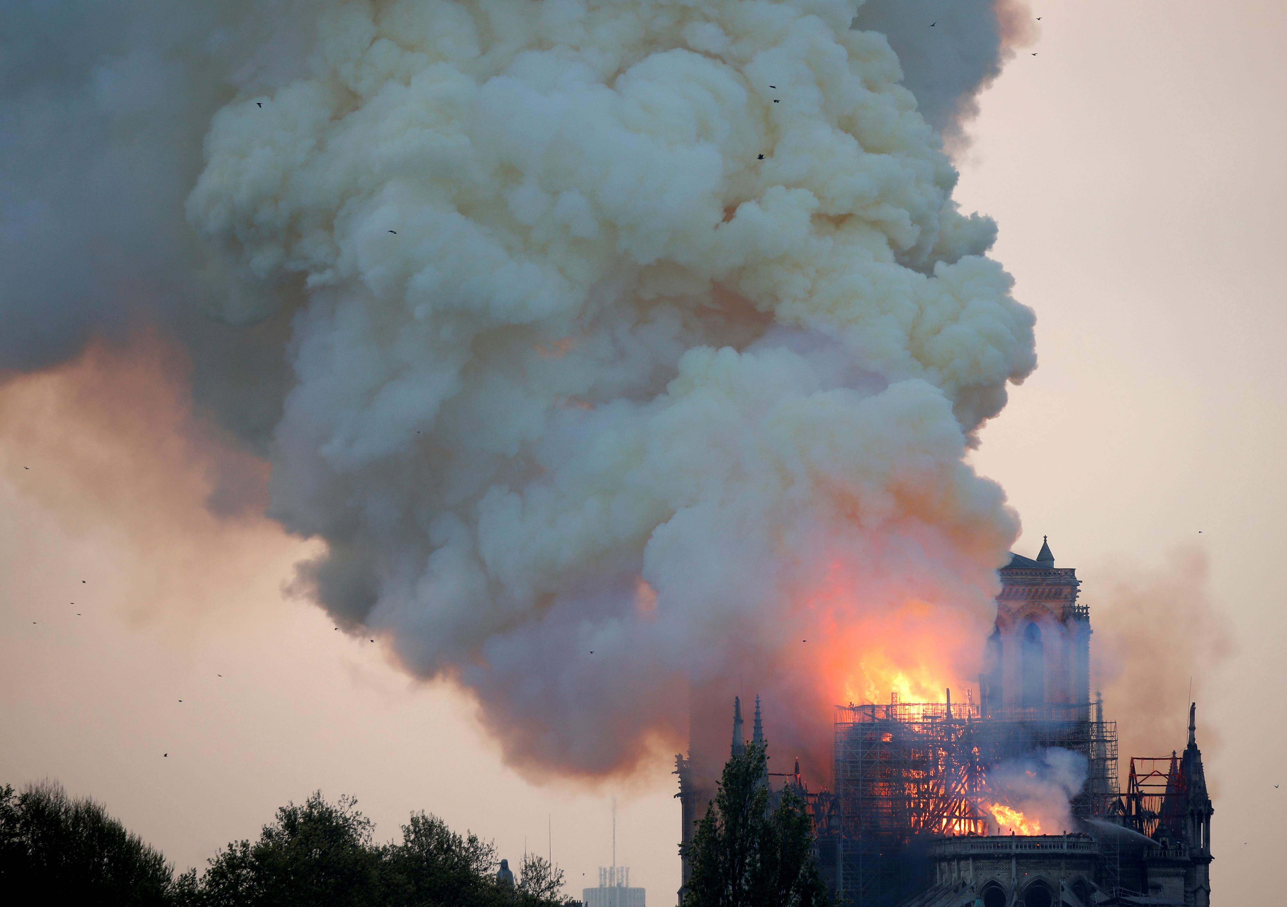 קתדרלת נוטרדאם נשרפת / צילום: Charles Platiau, רויטרס