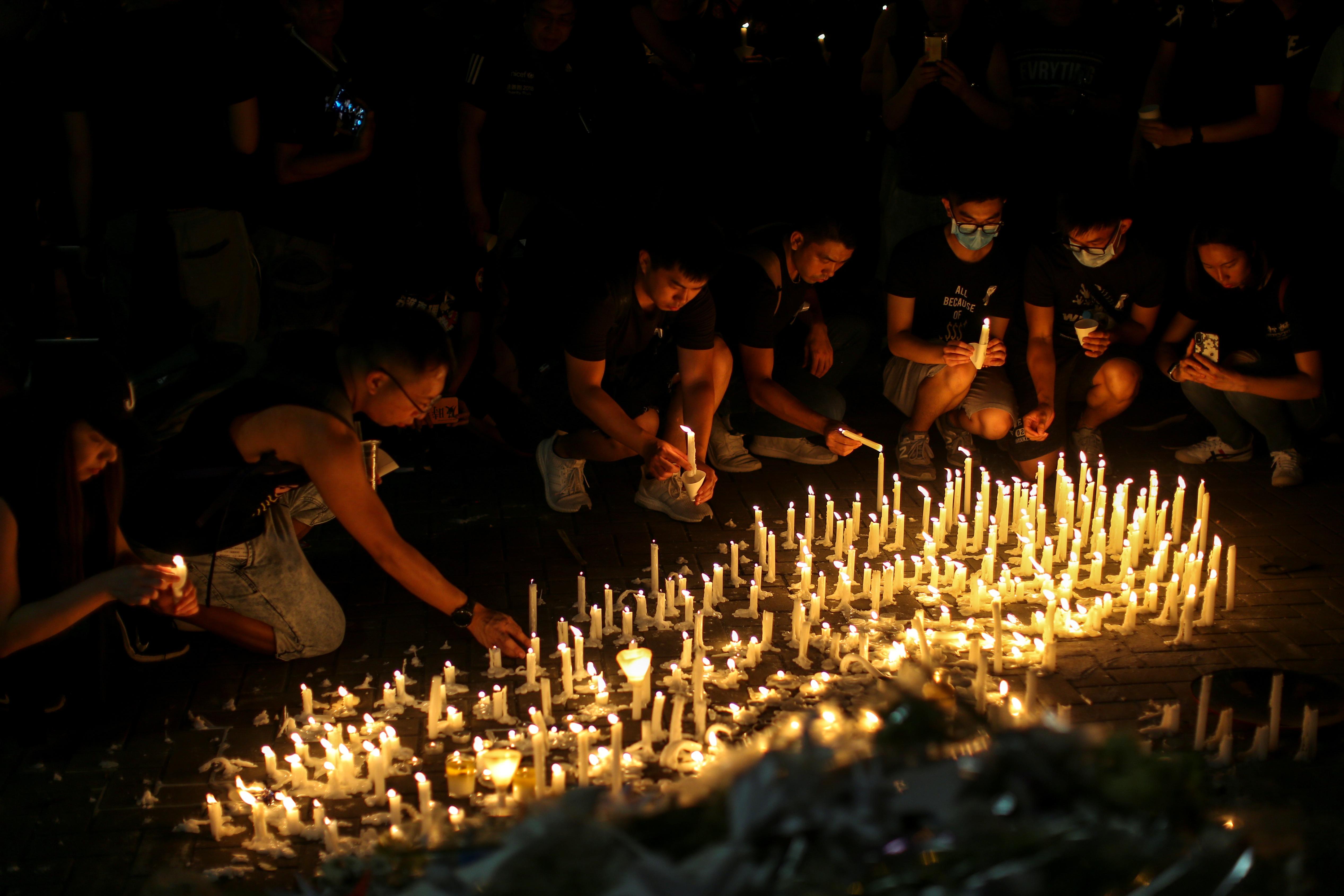 מפגינים חולקים כבוד אחרון למפגין שנהרג לאחר שנפל מפיגומים / צילום: Athit Perawongmetha, רויטרס