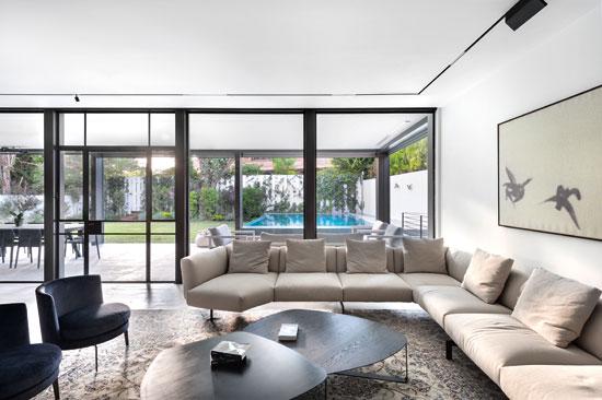 הסלון הפנימי והסלון החיצוני תוכננו בסימטריה מושלמת / צילום: עודד סמדר, גלובס