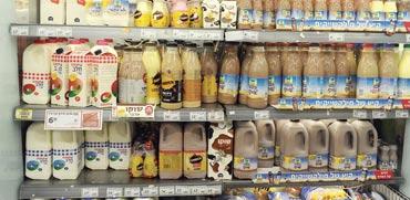 מוצרי חלב על מדפי שופרסל / צילום: תמר מצפי