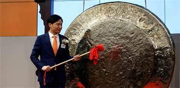 לי ג'ון, מייסד שיאומי, בפתיחתה המסחר של המניה בבורסת הונג קונג / צילום: רויטרס