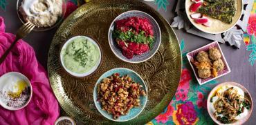 מגש של מטעמים קטנים עם ירקות ועשבי תיבול/ צילום : שרית גופן