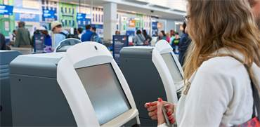 עמדה ממוחשבת לבדיקת דרכונים / צילום: שאטרסטוק
