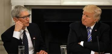 "נשיא ארה""ב דונלד טראמפ ומנכ""ל אפל טים קוק \ צילום: רויטרס"