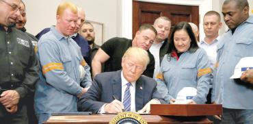 הנשיא טראמפ חותם על הצו להעלאת מכסי המגן בחברת עובדי פלדה אמריקאיים / צילום: רויטרס, Leah