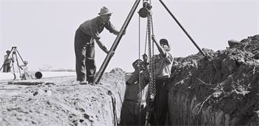 """עובדי חברת """"מקורות"""" מניחים צינורות מים ליד קיבוץ ניר עם / קלוגר זולטן"""