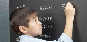 מה הגיל המושלם ללמד את הילד שלכם את לוח הכפל?