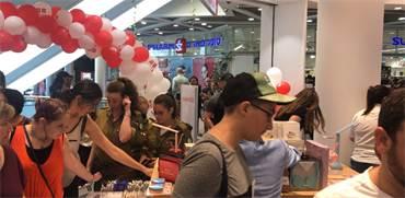צפו: המונים מסתערים עם פתיחת סניף מיניסו ראשון בארץ