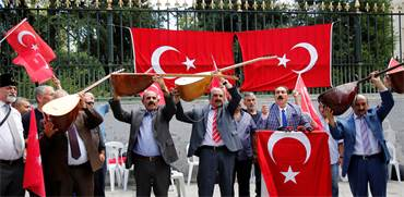 """נגנים בהפגנה נגד ארה""""ב במרכז איסטנבול ב-16 באוגוסט / צילום: רויטרס"""
