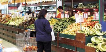 קניית ירקות בסופרמרקט/ צילום: אייל פישר