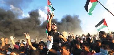 פלסטינים מפגינים מול הגדר,/ צילום: רויטרס Ibraheem Abu Mustafa ,