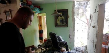 דירה באשקלון שנפגעה מטיל/ צילום : רויטרס Ronen Zvulun