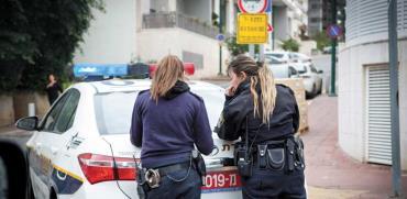 שוטרות רושמות דוח/ צילום: שלומי יוסף