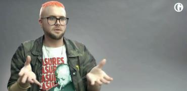 "כריסטופר ווילי בראיון וידאו ל""גרדיאן"" / צילום: מתוך ""הגרדיאן"""