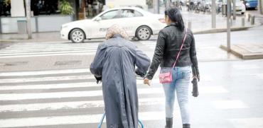 קשישה ומטפלת  / צילום: שלומי יוסף