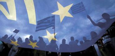 מפגינים יוונים מול בניין הפרלמנט לפני ההצבעה במשאל עם / צילום: רויטרס Yannis Behrakis ,