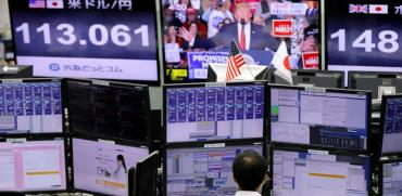 צופים בבורסת טוקיו בדונלד טראמפ/ צילום: רויטרס, Toru Hanai
