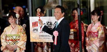 שר האוצר היפני, טארו אסו, בבורסת טוקיו/  צילום:Kim Kyung-Hoon - רויטרס