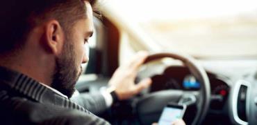 העליון: אסור לגעת בטלפון הנייד בעת נהיגה - גם מבלי לדבר בו