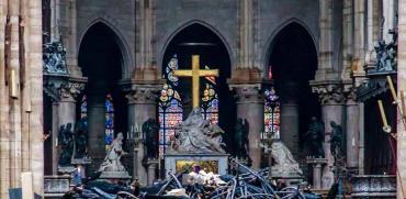 הצלב שנשאר עומד על כנו בתוך כנסיית נוטרדאם ההרוסה. / צילום:  רויטרס Christophe Petit Tesson