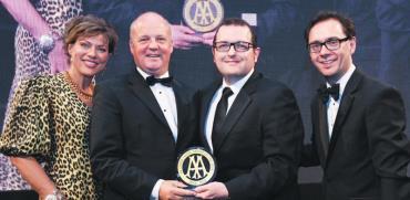 במרכז: גרג הגארטי ודניאל פדרסקי מקבלים את הפרס / צילום: AA Hotel and Hospitality Services