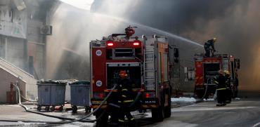 שריפה כתוצאה מפגיעת רקטה במפעל צעצועים בשדרות / צילום: רויטרס