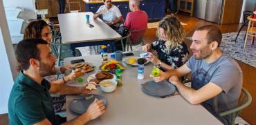 """אוכלים בכלים חד פעמיים בחברת הפינטק """"טיפלתי"""" / צילום: אורי פרל"""