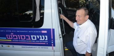 """ראש עיריית תל אביב רון חולדאי בהשקת מערך ההסעים החדש, """"נעים בסופ""""ש"""" / צילום: איל יצהר, גלובס"""