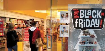 מבצעי בלאק פריידיי בחנות במנהטן, ניו יורק / צילום: SHANNON STAPLETON, רויטרס