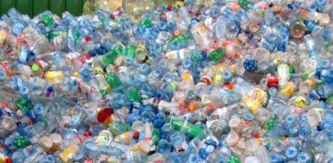 מערום בקבוקי פלסטיק בפיקדון, מפעל עיבוד אלה אשדוד / צילום: יוני רייף