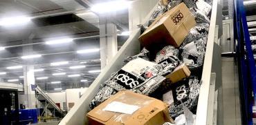 מסועי חבילות ממיין חבילות מאתרי קניות אונליין  / צילום: מיכל רז חיימוביץ'