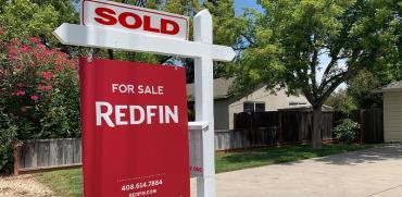 """שלט מכירת נדל""""ן של פירמת Redfin / צילום: shutterstock, שאטרסטוק"""