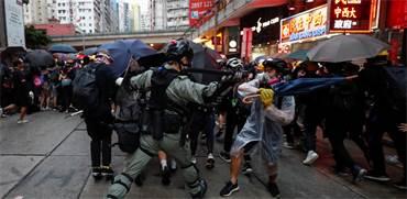 מפגין בהונג קונג מתעמת עם שוטר / צילום: Jorge Silva, רויטרס