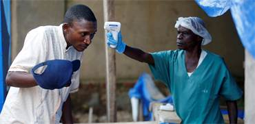 מדידת חום בהתפרצות האבולה בקונגו / צילום: באז ראטנר, רויטרס