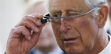 הנסיך צ'ארלס מנסה את משקפי Google Glass  / צילום: Mark Blinch, רויטרס