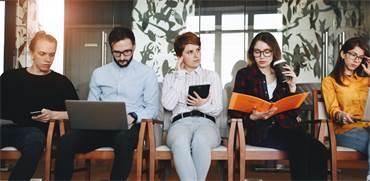 ממתינים לראיון עבודה. במבט כולל מספר המשרות שיתווספו גדול מאלו שיצומצמו / צילום: Shutterstock/א.ס.א.פ קרייטיב