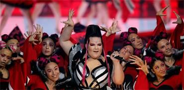 נטע ברזילי בהופעה בחצי גמר האירוויזיון / צילום: Ronen Zvulun, רויטרס