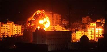 """תקיפת צה""""ל בעזה הערב / REUTERS/Mohammed Ajour"""