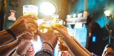 צעירים שותים בירה / צילום: Shutterstock