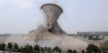 מגדל קירור נהרס באופן מבוקר בעיר הסינית בינג'ואו ביולי 2016 / צילום: רויטרס