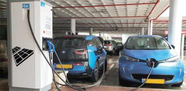 הטענת רכב חשמלי במתחם M הדרך/צילום:  Shutterstock/ א.ס.א.פ קריאייטיב