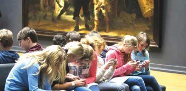 ילדים עם סמארטפונים/ צילום:צילום: Gijsbert van der Wal