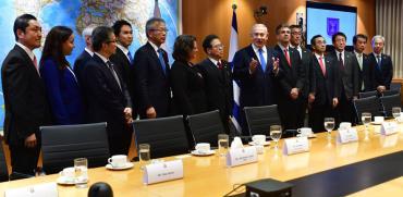 """ראש הממשלה בנימין נתניהו מארח את שר הכלכלה היפני הירושיג סקו / צילום: לע""""מ קובי גידעון"""