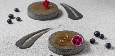 קלו גומא - קרם ברולה על בסיס שומשום שחור / צילום: דרור עינב