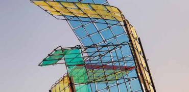 """""""מידבראג"""". ציליות שעשויות מרשת ברזל בניין, ובתוך הריבועים שקפים צבעוניים/ צילום: גאיה סעדון"""