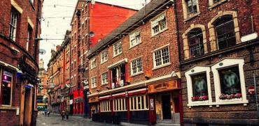 ליברפול, מרכז העיר. רחוב אופייני של בנייני לבנים אדומות  / צילום: Shutterstock | א.ס.א.פ קריאייטיב