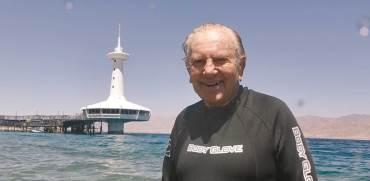 """מוריס קאהן במצפה התת ימי באילת. """"זה לא היה מפעל או 'עסק' רגיל""""   צילום: פרטי"""